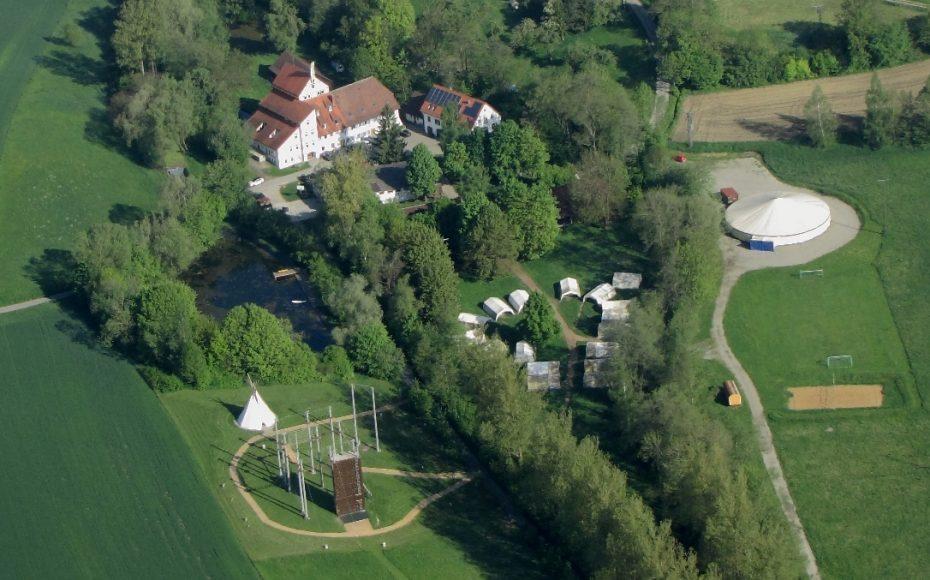 10 ha großes Gelände mit eigenem Zeltplatz, Badesee, Hochseilgarten