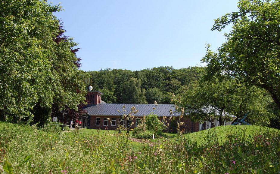 Das Haus am Schüberg liegt zwischen Wiesen und Apfelbäumen am Fuße des Schübergs.