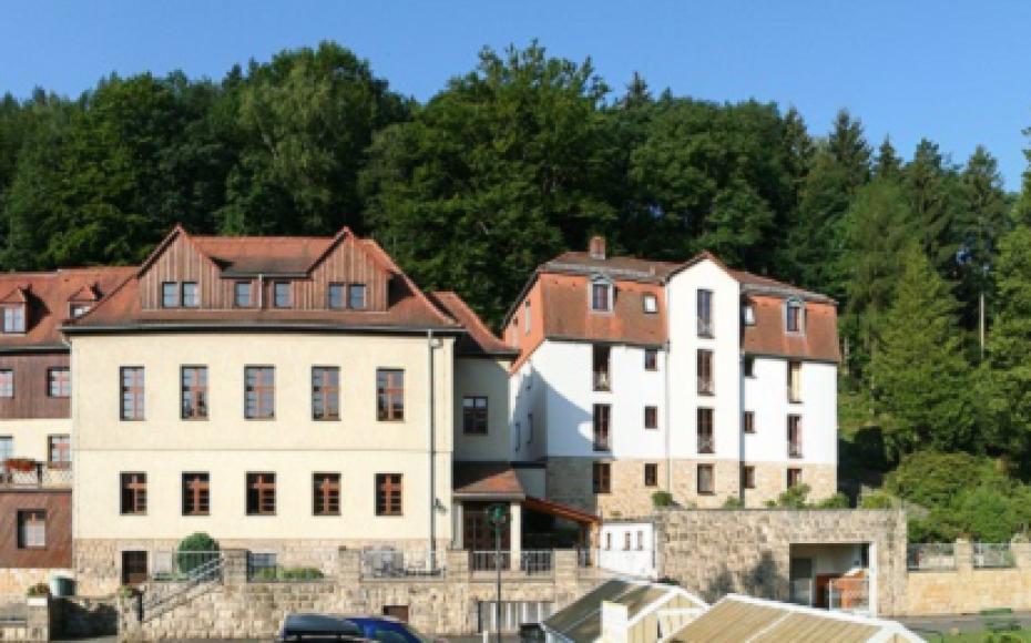 Unsere Häuser – links der Felsengrund, rechts die Friedensburg.
