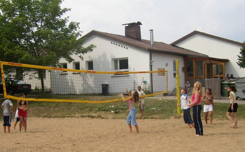 Direkt vor dem Haus liegt das Beachvolleyball-Feld