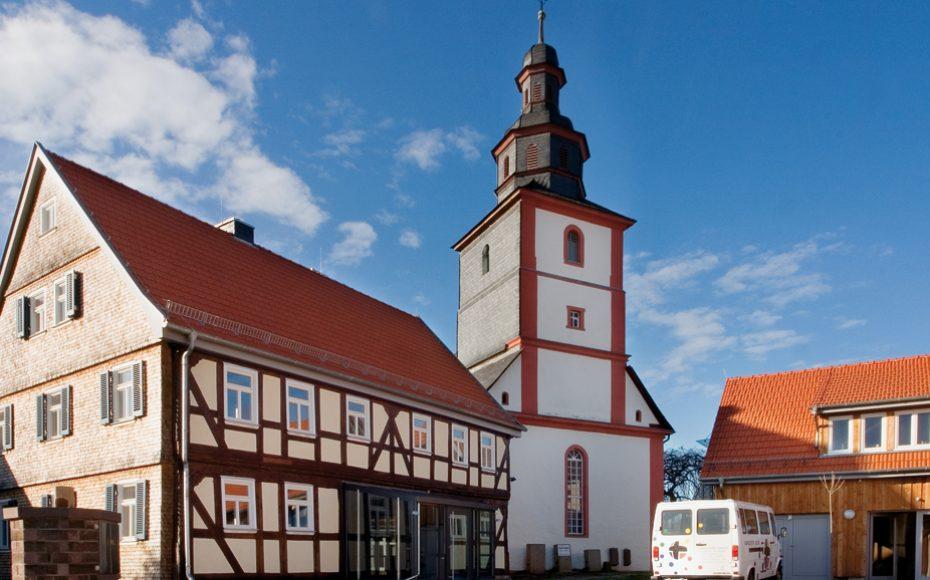 Außenansicht des Pfarrhofes mit der Kirche